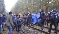 Erste Schotteraktionen an der Schiene – Eskalationsstrategie der Polizei läuft ins Leere